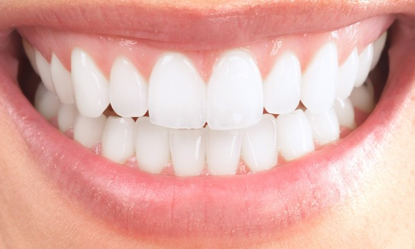 how to bright smile 40% of people notice your teeth first so to help you put your best foot and smile  forward, here are ten natural teeth whitening tips to try now.