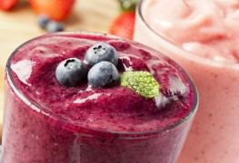 Healthy fruity drinks: peachy tea and berry smoothie
