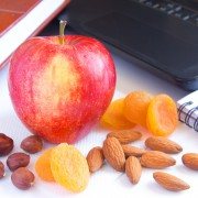 5 tips for eating well at work to improve performance