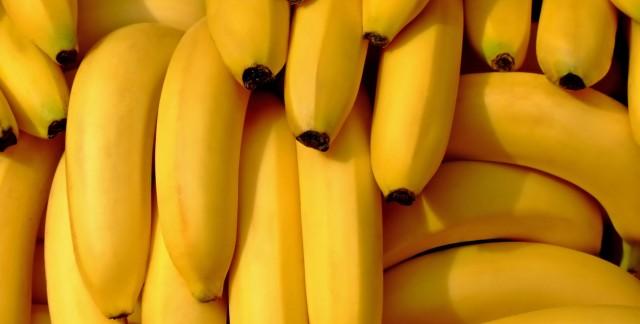 How to make a healthy banana split with frozen yogurt