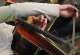 4 tips to teach yourself to play a new instrument