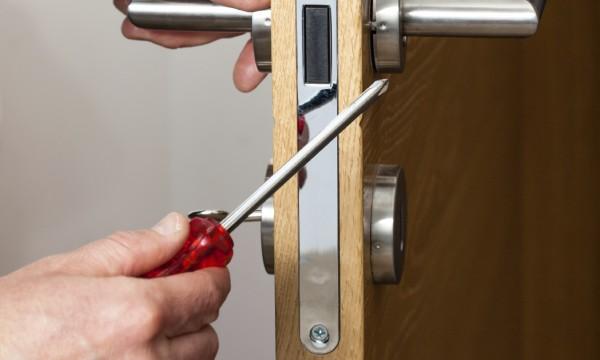 4 DIY ways to repair a broken door lock & 4 DIY ways to repair a broken door lock | Smart Tips
