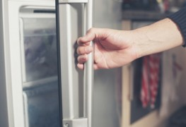 How to prevent and easily remove frost build-up in a freezer