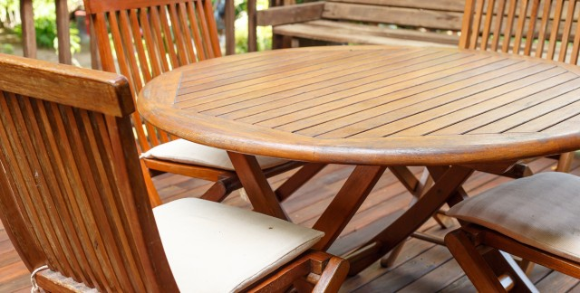 Protect wood furniture: how to use wax and polish