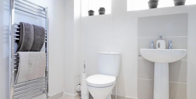 Trucs pour nettoyer une toilette et la tuyauterie de la - Nettoyer une salle de bain ...