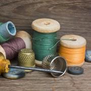 Conseils pour rafraîchir et raccommoder les vêtements ternes