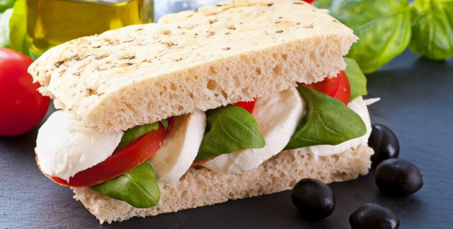 Sandwiches de tomates, de mozzarella et de basilic