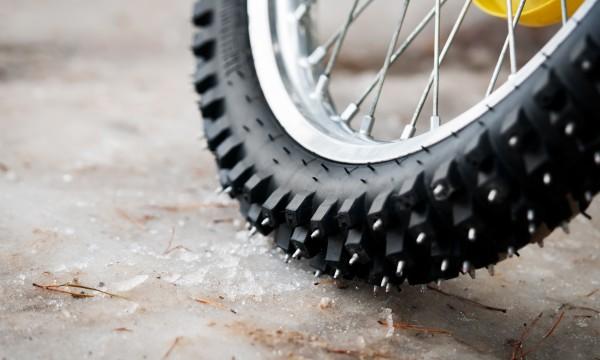 solutions faciles pour r parer les pneus de v lo fissur s ou crev s trucs pratiques. Black Bedroom Furniture Sets. Home Design Ideas