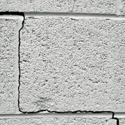 Comment savoir si une fissure au plafond est dangereuse