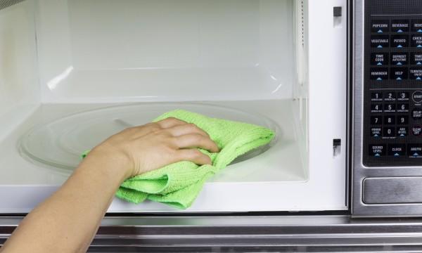 3 trucs faciles pour nettoyer votre four micro ondes trucs pratiques. Black Bedroom Furniture Sets. Home Design Ideas