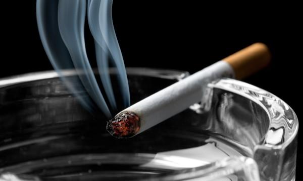 4 techniques pour enlever l 39 odeur de la fum e de cigarette sur les v tements trucs pratiques - Comment enlever de la cire sur un vetement ...