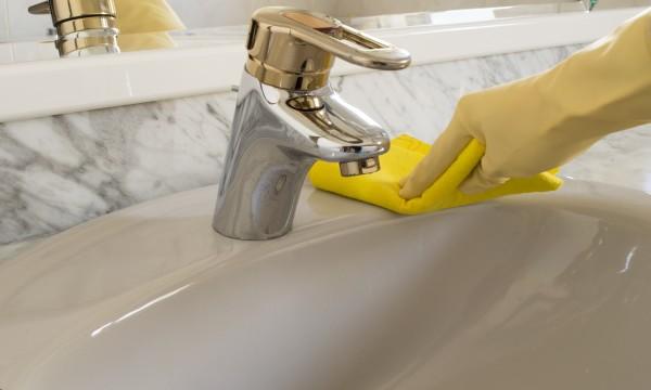5 astuces pratiques et efficaces pour nettoyer un vier trucs pratiques - Astuce pour deboucher un evier ...
