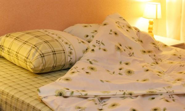 guide pratique pour nettoyer votre couvre lit trucs pratiques. Black Bedroom Furniture Sets. Home Design Ideas