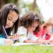 6 astuces pour transformer les oeuvresde vos enfants en emballage cadeau
