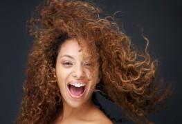 4 secrets d'une belle coiffure pour cheveux frisés