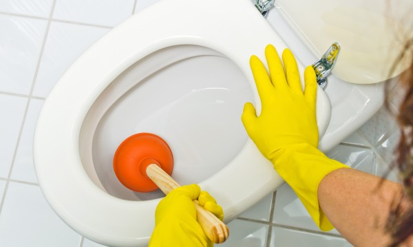 3 solutions faciles pour d boucher votre toilette trucs. Black Bedroom Furniture Sets. Home Design Ideas