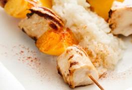 Salade de riz au poulet et aux pêches