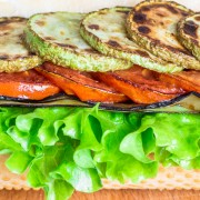 Sandwich aux aubergines et aux tomates grillées
