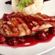 Poulet grillé mariné et sauce à la cerise noire
