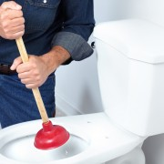 Comment en finir avec une toilette bouchée