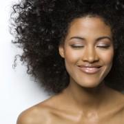 Pour de magnifiques cheveux noirs, on confie notre tête à un coloriste professionnel