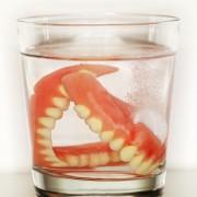 Tout ce que vous avez toujours voulu savoir sur les dentiers!