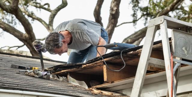 comment nettoyer votre toit en toute s curit trucs pratiques. Black Bedroom Furniture Sets. Home Design Ideas