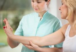 Étirement desmains et massages pour l'arthrite
