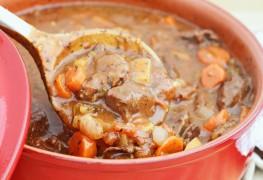 Un ragoût de bœuf bon pour la santé cuit dans unemijoteuse