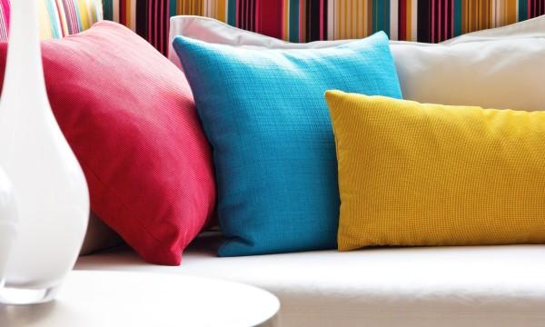 13 trucs pour choisir les bons coussins et oreillers trucs pratiques. Black Bedroom Furniture Sets. Home Design Ideas