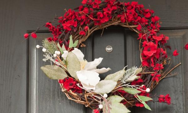 Décorer à longueur d'année avec des couronnes sur la porte