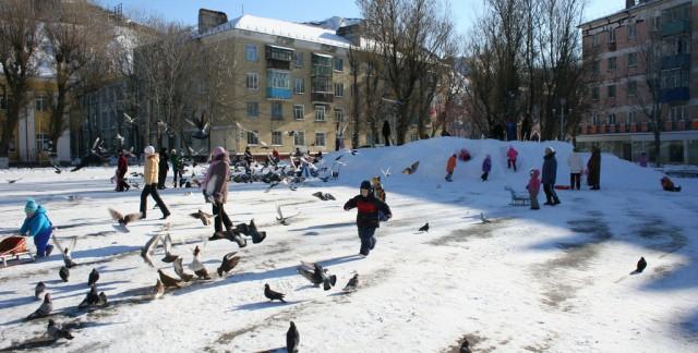 Activités familiales originales en plein air pour un jour d'hiver enneigé