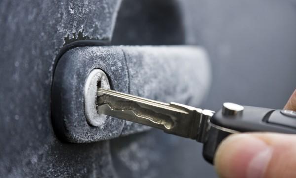 Comment dégivrer facilement une serrure de voiture