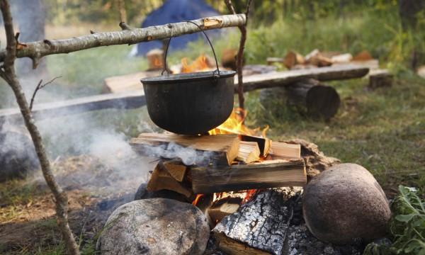 Conseils pour cuisiner des plats exquis en camping trucs - Cuisiner au feu de bois ...