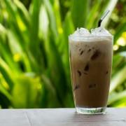 Boissons glacées rafraîchissantes: thé à la framboise, cappuccino au caramel et granitéau café