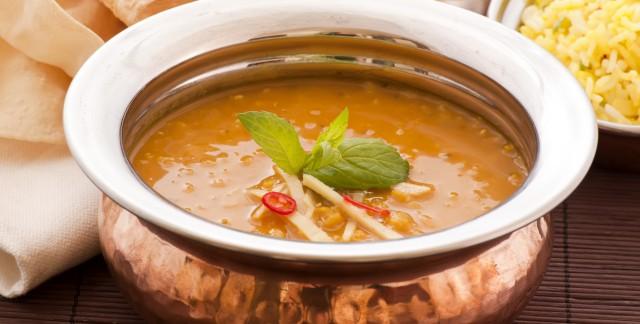 Ragoût de lentilles et tomates avec oignons dorés