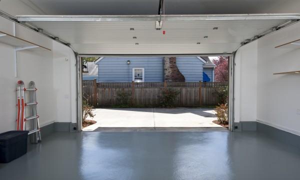 conseils pour une porte de garage en bon tat trucs pratiques. Black Bedroom Furniture Sets. Home Design Ideas