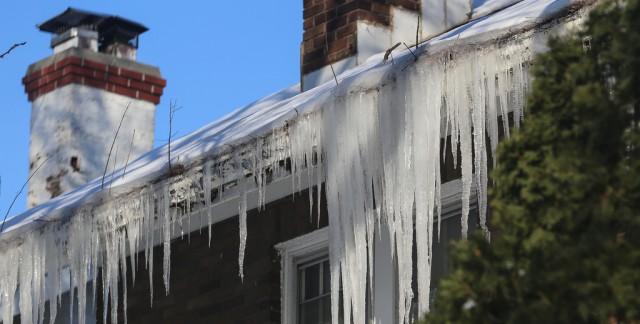 3 façons d'empêcher les digues de glace d'endommager votre toit