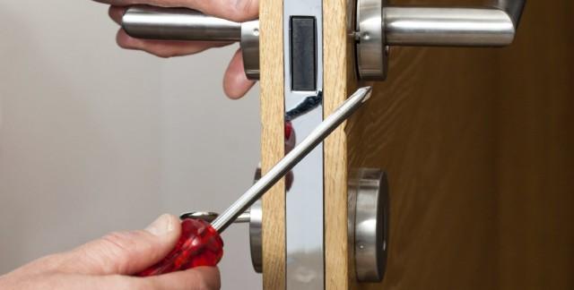 Comment réparer une serrure de porte cassée?