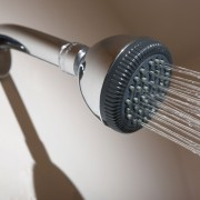3 solutions rapides pour débloquer douches et baignoires