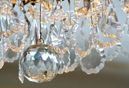 How-to guide on cleaning a chandelier and venetian blinds
