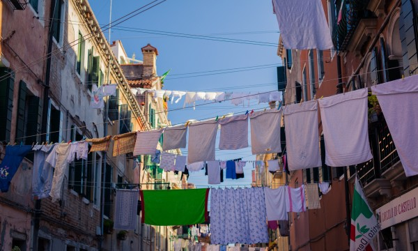 2 simple, natural tips for cleaning your clothes