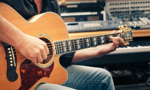 Quickly change a guitar string in 5 easy steps