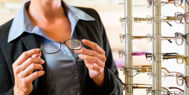4 simple tips to care for your eyeglasses