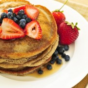Recipe for multi-grain pancakes or waffles with berries