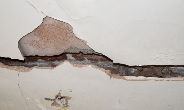 Repairing drywall cracks and holes: an easy guide