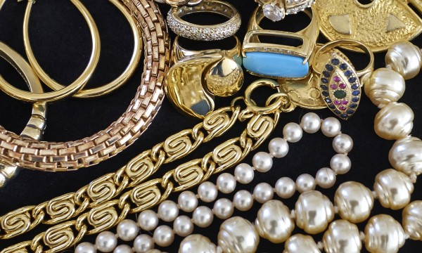 8 tips for finding authentic antique jewellery