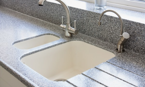 Tips to clean the kitchen sink and walls