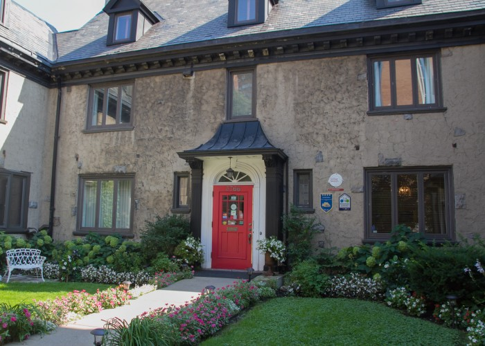 Au Coeur Urbain is a bed and breakfast set in a Mount Royal heritage home.