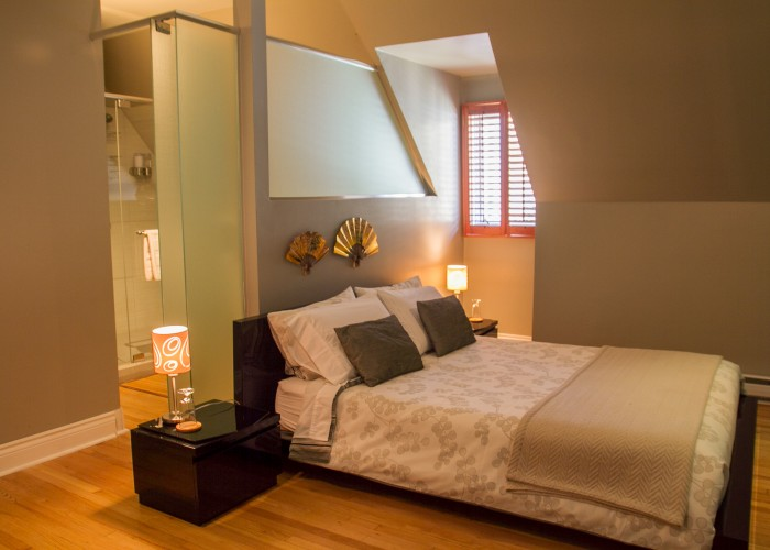 At Au Coeur Urbain, there are five bedrooms, each with a king-size bed, Internet access, HD TV and en-suite bathroom.